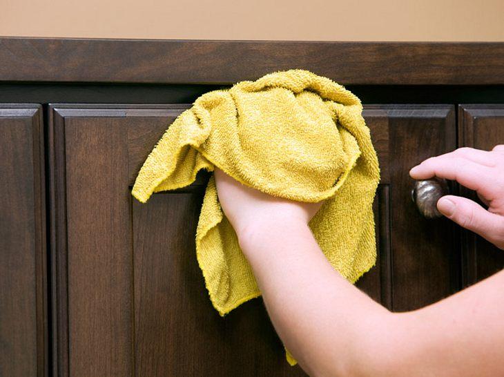 Möbelpflege für Holz, Chrom und Leder: So geht's