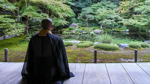 Buddhistischer Mönch im Garten (Symbolbild). - Foto: SAND555 / iStock