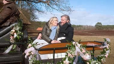 Mona und Jens sitzen in einer Kutsche.  - Foto: ARD / Nicole Manthey
