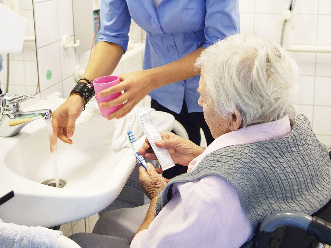 Zähneputzen bei Pflegebedürftigen: Tipps für die Mundhygiene