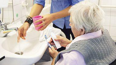 Zähneputzen bei Pflegebedürftigen