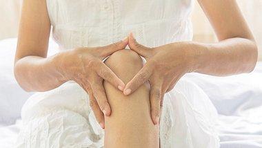 Muskel-und Gelenkschmerzen natürlich behandeln - Foto: Srisakorn / iStock