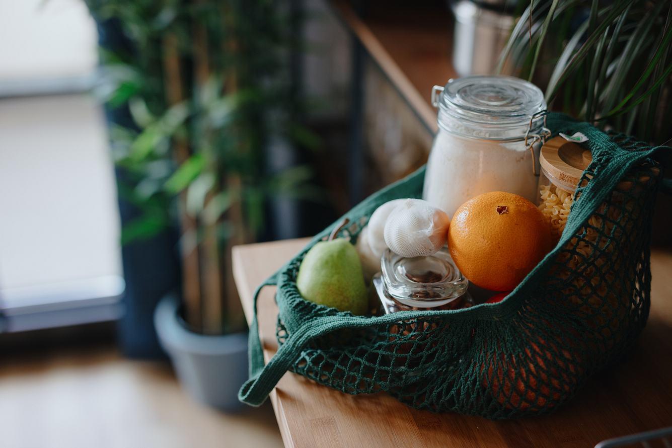 Obst und Vorratsgläser in wiederverwendbarer Stofftasche