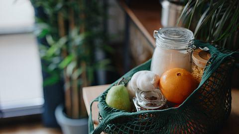 Obst und Vorratsgläser in wiederverwendbarer Stofftasche - Foto: iStock/Anchiy