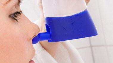 Wie funktioniert eine Nasenspülung mithilfe einer Nasendusche? - Foto: AndreyPopov / iStock