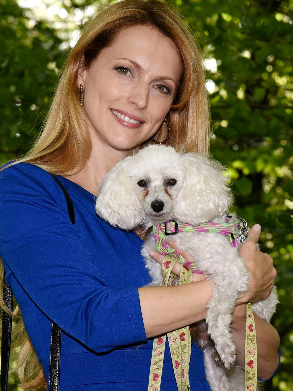 Schauspielerin Natalie Alison mit Hund Elvis.