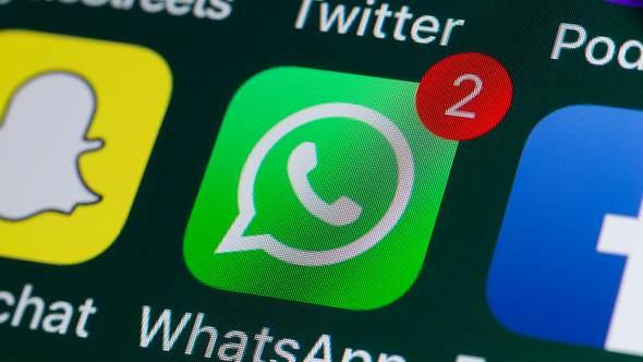 Ein Smartphone-Bildschirm mit der App WhatsApp. - Foto: iStock / stockcam