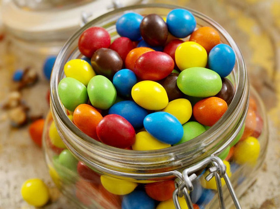 Rote Süßigkeiten und Marmeladen können eine versteckte tierische Zutat enthalten.