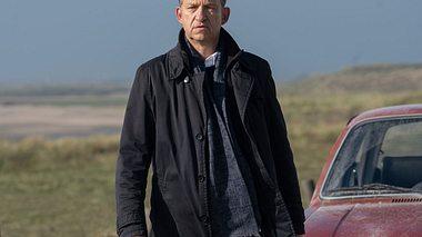 Peter Heinrich Brix als Kommissar Carl Sievers in Nord Nord Mord.  - Foto: ZDF / Georges Pauly