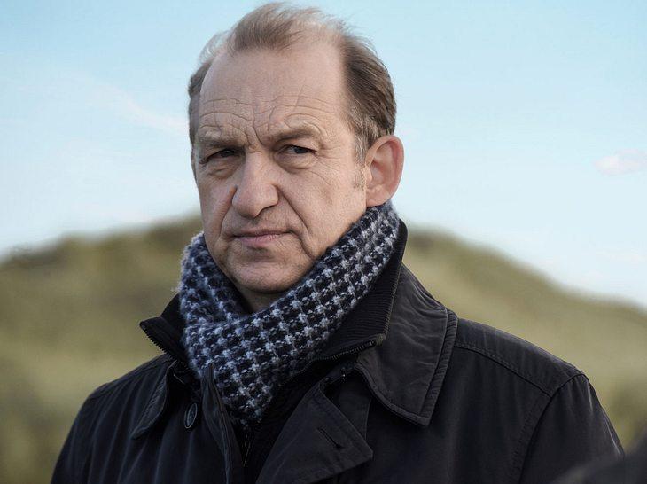 Carl Sievers (Peter Heinrich Brix) übernimmt für Theo Clüver (Robert Atzorn) bei Nord Nord Mord.