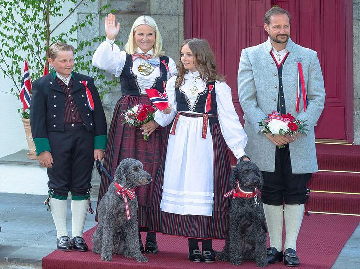Die norwegische Königsfamilie und ihre Labradoodle