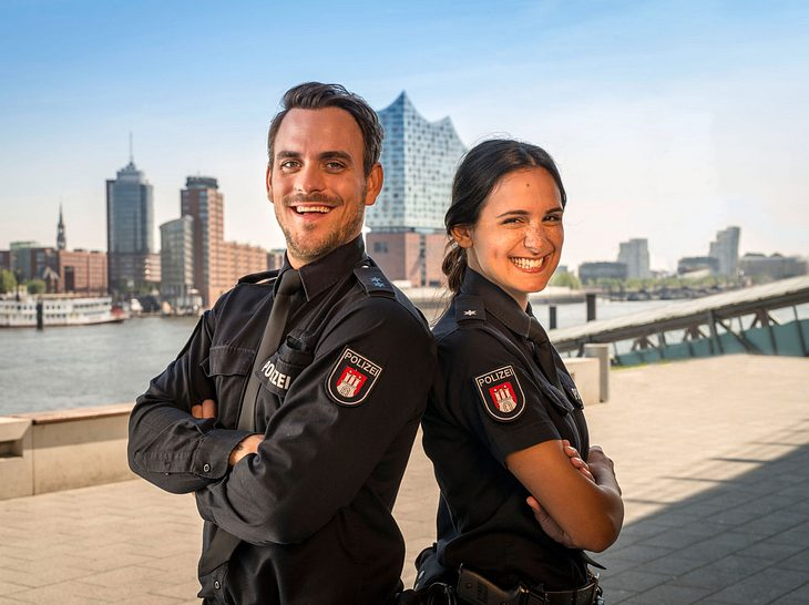 """Polizeimeister Kristian """"Kris"""" Freiberg  (Marc Barthel) und Polizeikommissarin Pinar Aslan (Aybi Era) sind neu bei 'Notruf Hafenkante'."""