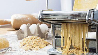 Wie Sie Nudelteig in verschiedenen leckeren Varianten selber machen können. - Foto: simarik / iStock
