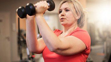 Oberarme trainieren: So straffen Sie schlaffe Haut - Foto: gpointstudio/iStock