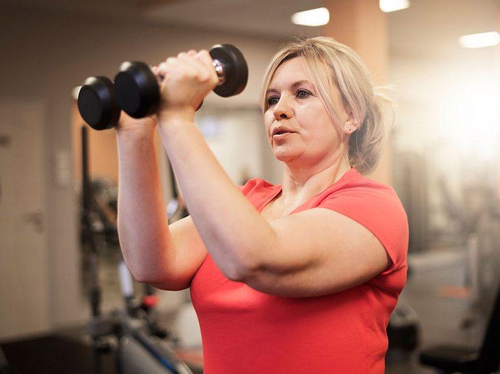 Oberarme trainieren: So straffen Sie schlaffe Haut