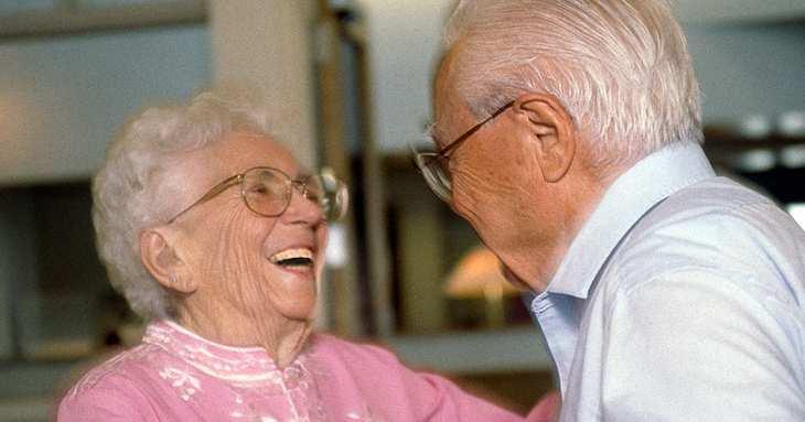 Oma zeigt Opa einen lustigen Zaubertrick | Liebenswert