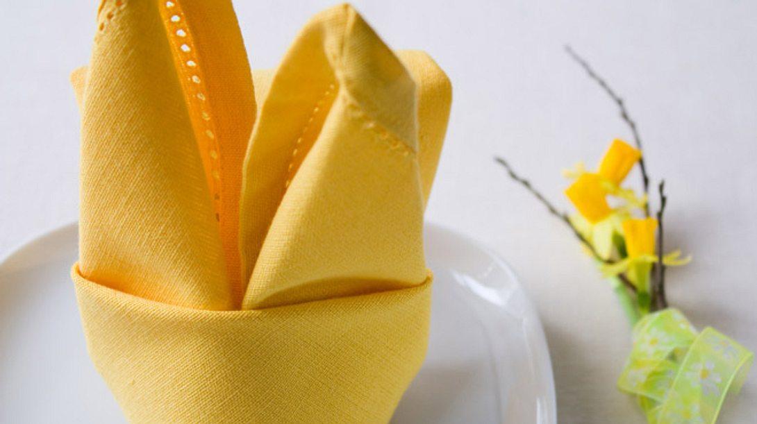 Serviette falten zu Ostern: Einfache Hasen als Tischdeko