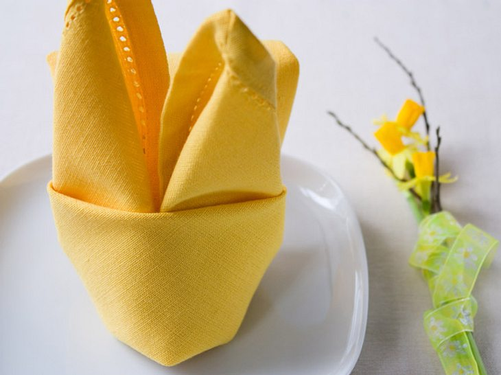 Serviette falten zu Ostern leicht gemacht. Probieren Sie diese süßen Häschen.