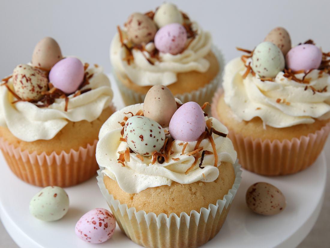 Ostercupcakes mit Buttercreme und Zuckereiern
