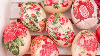 Eier mit Seidentüchern färben