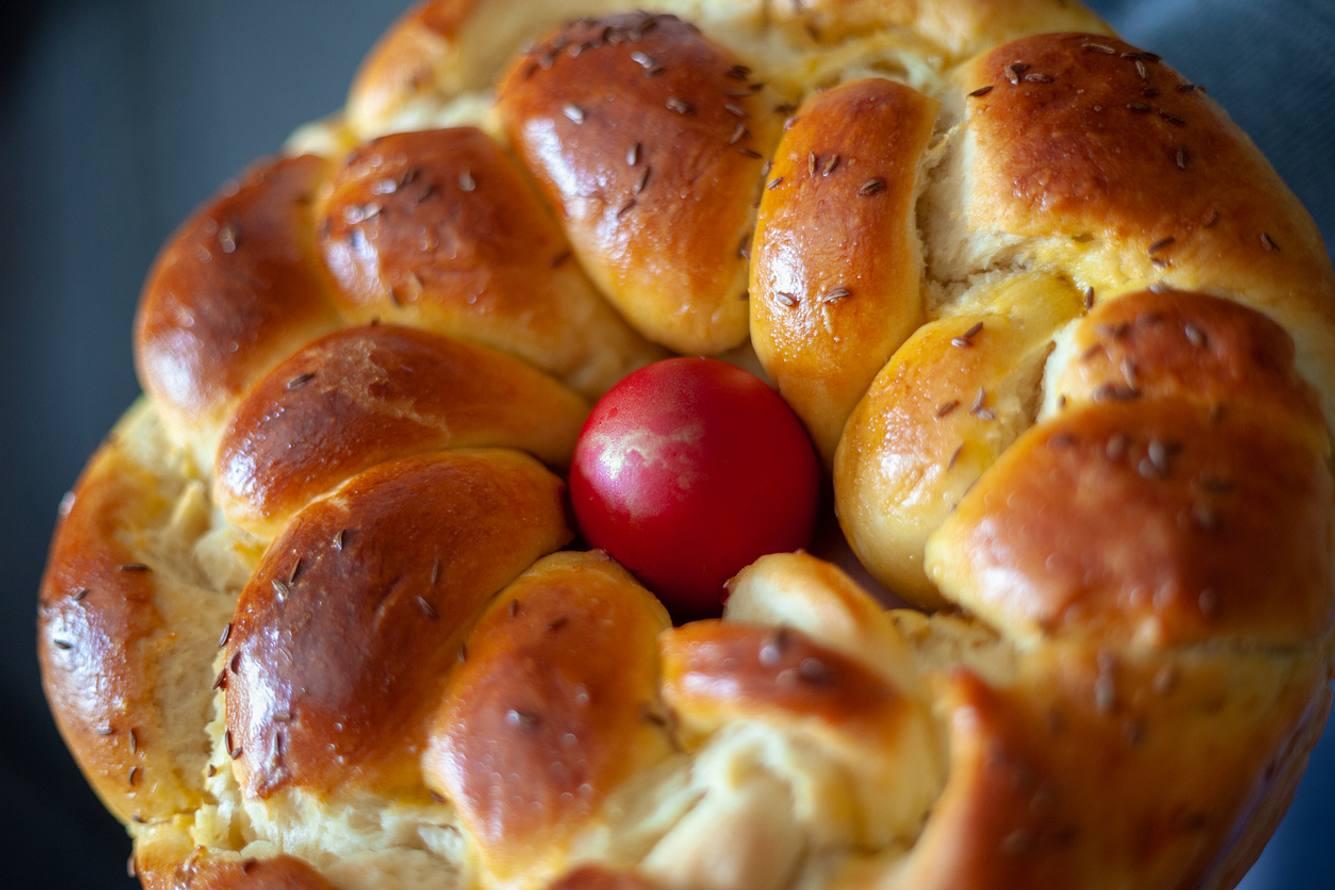 Osternest mit einem roten Osterei dekoriert.