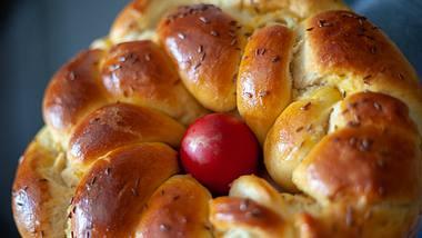 Osternest mit einem roten Osterei dekoriert.  - Foto: Branimir76 / iStock