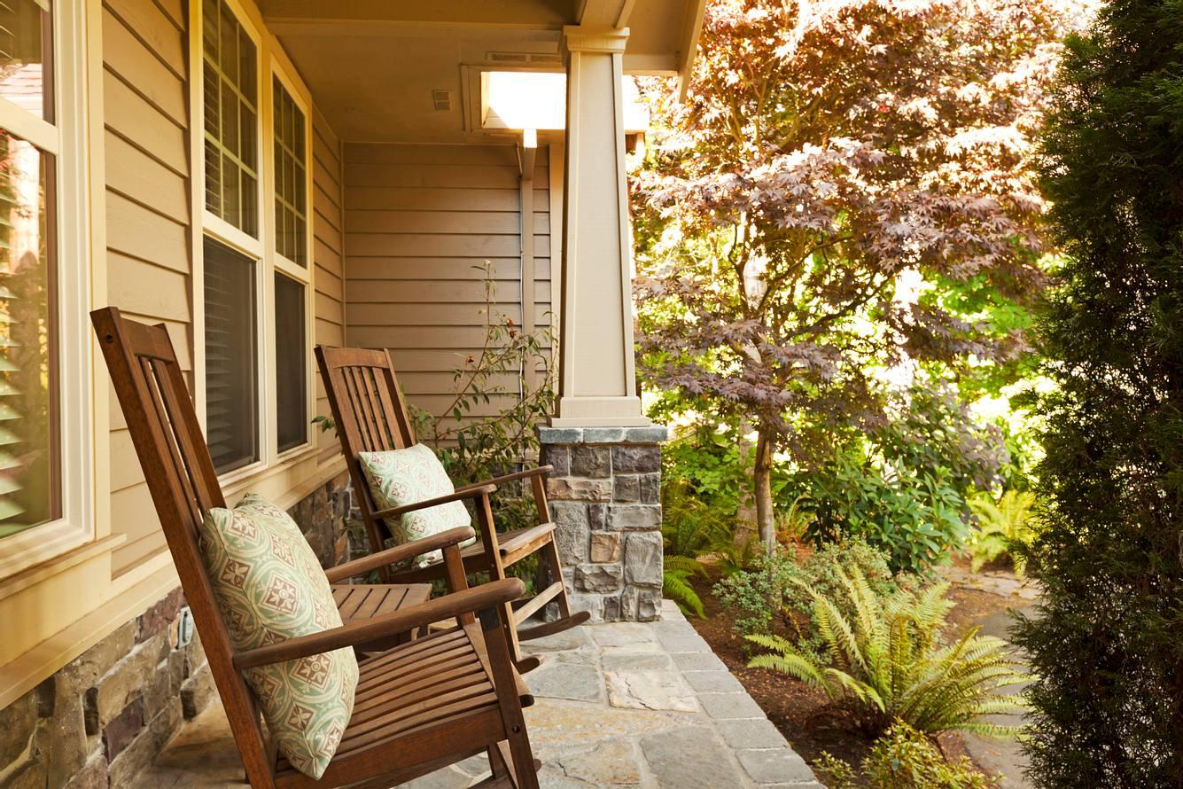 Outdoor Schaukelstuhl auf einer Veranda.