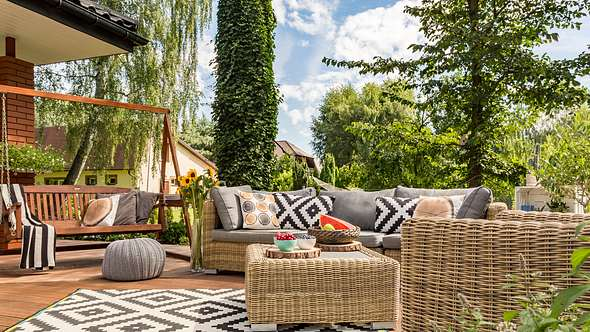 Beispiel, wie Outdoor-Teppiche richtig verlegen geht - Foto: iStock/KatarzynaBialasiewicz