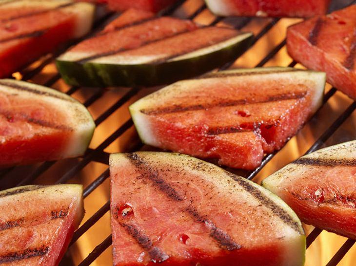 Probieren Sie auf Ihrer Grillparty doch mal gegrillte Wassermelone aus.