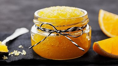 Peeling selber machen: Das Rezept für Zuckerpeeling mit Orange - Foto: Julia_Sudnitskaya / iStock