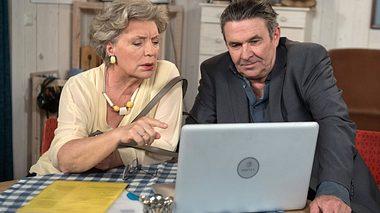 Peggy Lukac als Inge mit Nicos - Foto: ARD / Nicole Manthey