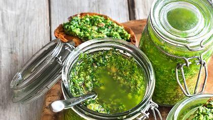 Ein leckeres Pesto lässt sich schnell selber machen. - Foto: Karaidel / iStock