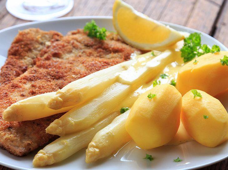 Petersilienkartoffeln schmecken sowohl zu Fleisch als auch zu Fisch.