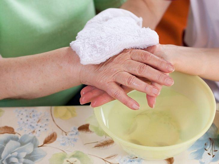 Körperpflege von Pflegebedürftigen: So ist es für Sie leichter