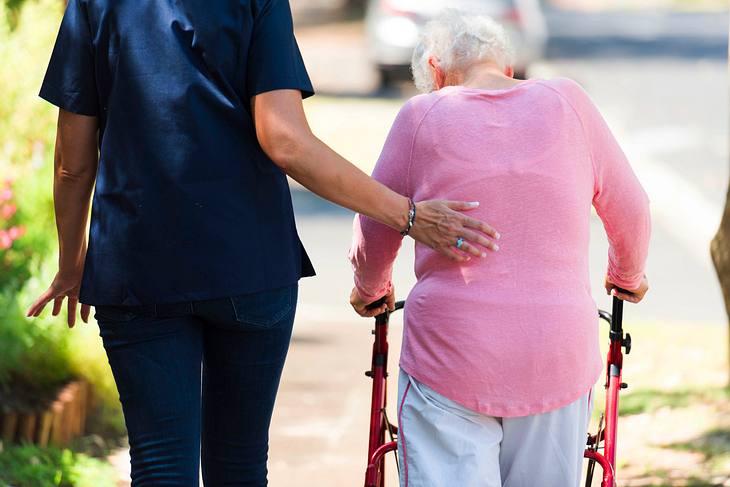Wenn ein Angehöriger ins Pflegeheim umziehen muss, gilt es, ein geeignetes Zuhause für ihn zu finden.