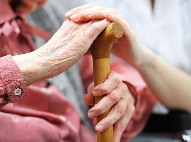 Pflegehilfsmittel: Diese Hilfe steht pflegenden Angehörigen zu