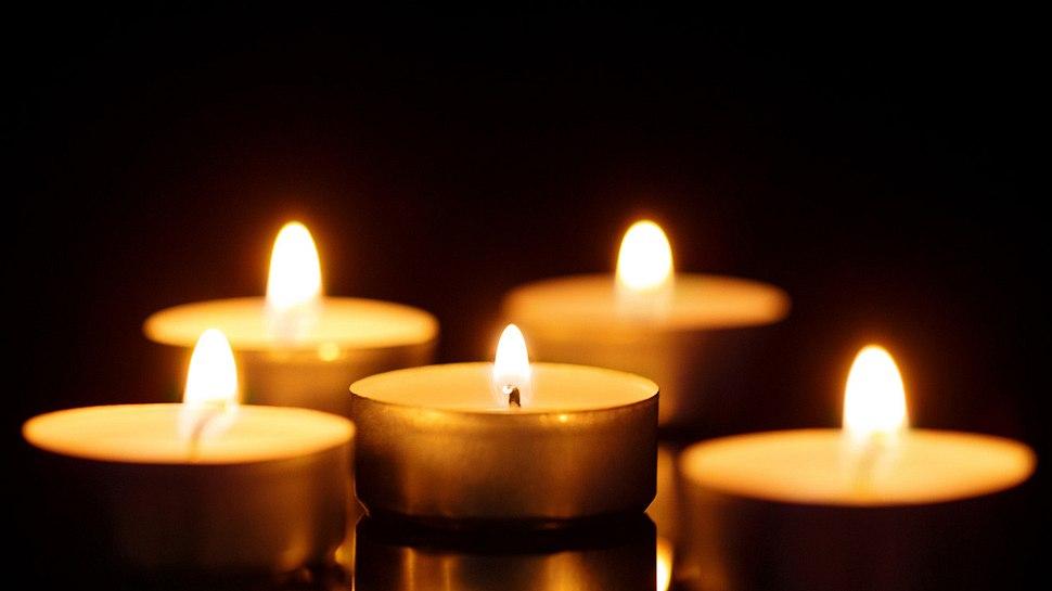 5 brennende Kerzen versinnbildlichen die 5 Phasen der Trauer - Foto: Marat Musabirov / iStock
