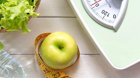 Die Waage zeigt plötzlich mehr Gewicht an. - Foto: Wand_Prapan / iStock