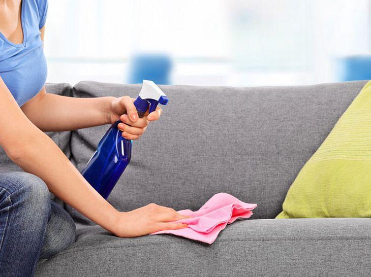 Super Polster reinigen: Mit Hausmitteln gegen Flecken und Gerüche BZ78