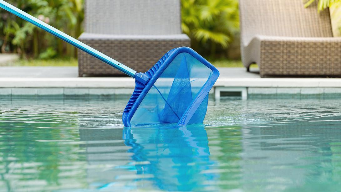 Pool wird gereinigt - Foto: iStock/brizmaker