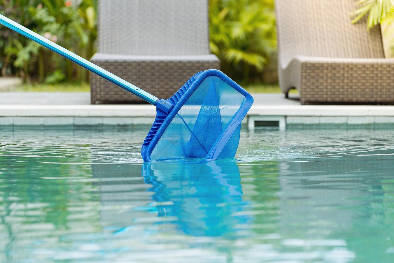 Pool wird gereinigt