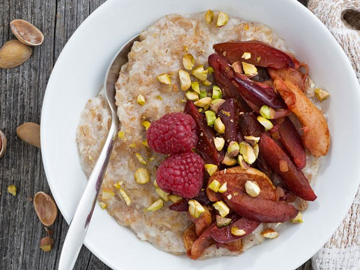 Porridge-Rezept mit Pflaumen und Pistazien