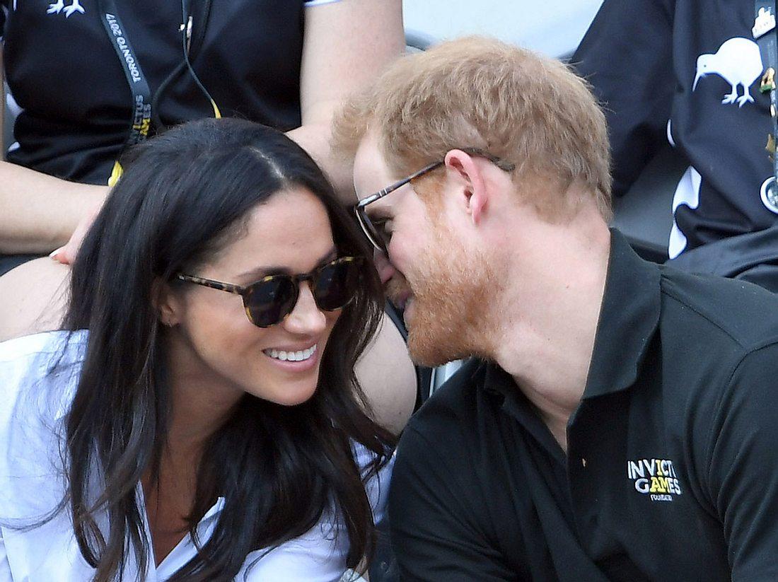 Prinz Harry und Freundin Meghan Markle zeigen ihre Liebe