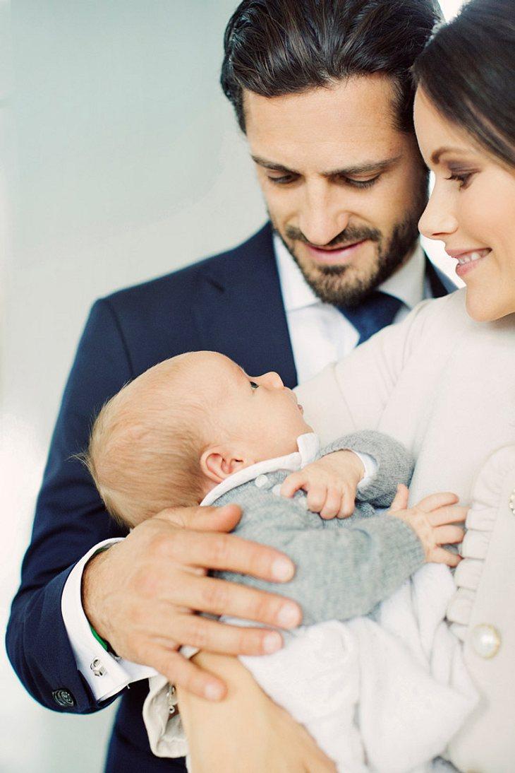 Sofia von Schweden und Carl Philip zeigen Prinz Gabriel.