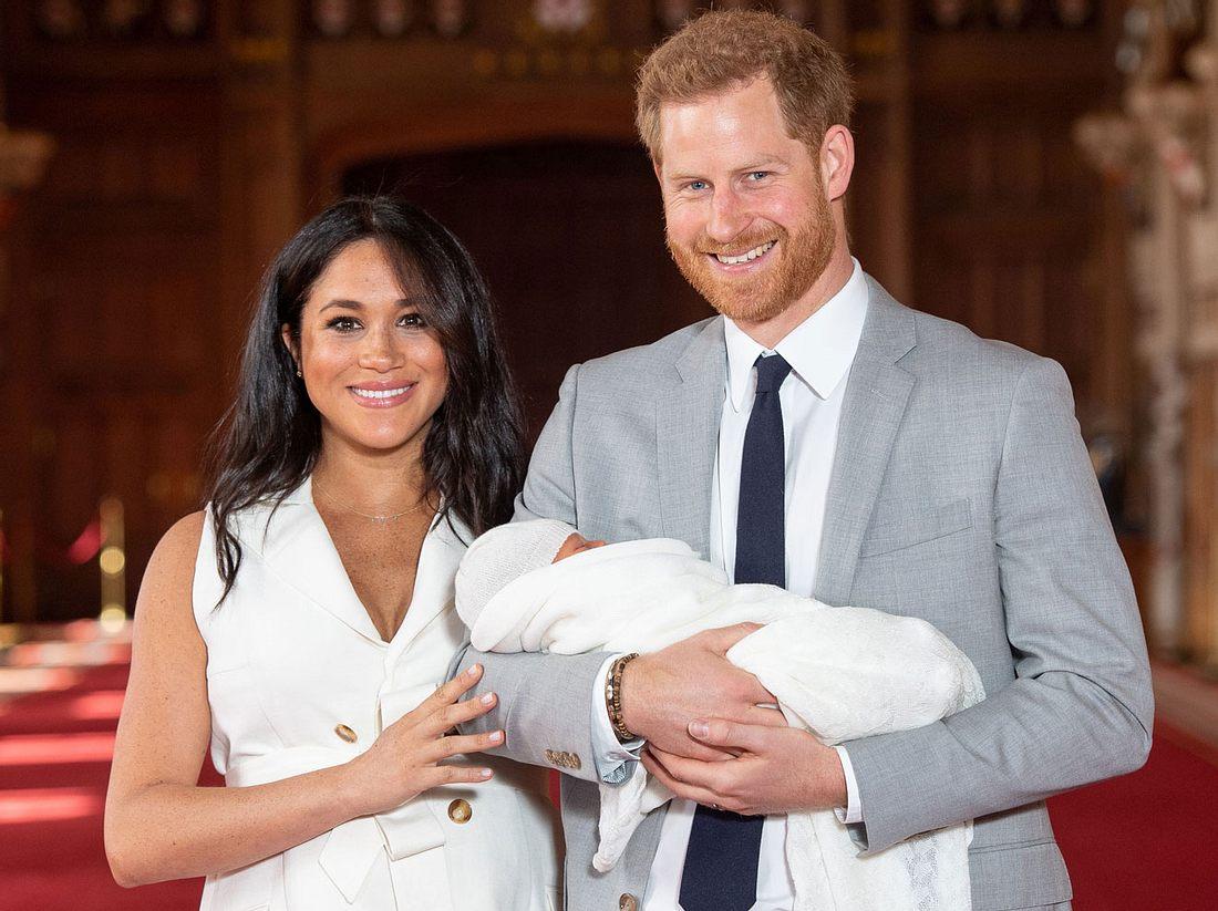 Der erste Auftritt als Familie: Prinz Harry und Herzogin Meghan zeigen ihr Baby.