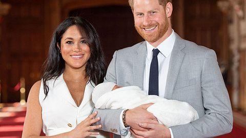 Der erste Auftritt als Familie: Prinz Harry und Herzogin Meghan zeigen ihr Baby.  - Foto:  DOMINIC LIPINSKI/AFP / Getty Images