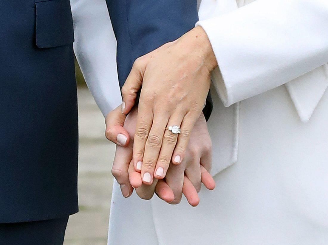 Der Verlobungsring von Meghan Markle, die hier mit Prinz Harry posiert.