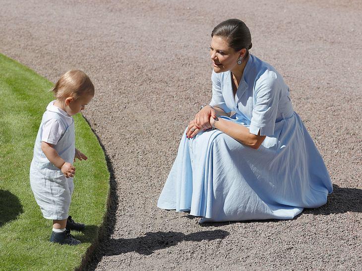 Wenn ihre Kinder die Welt entdecken, ist Mama Victoria natürlich dabei.