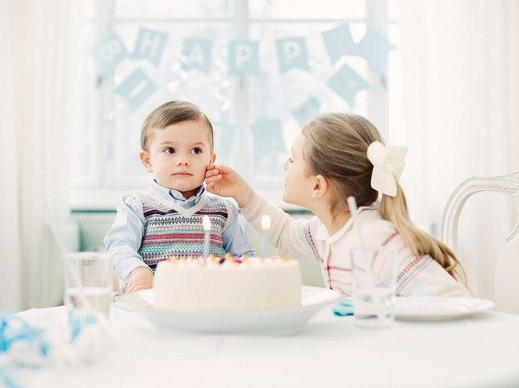 Prinzessin Estelle streichelt Prinz Oscar über die Wange.