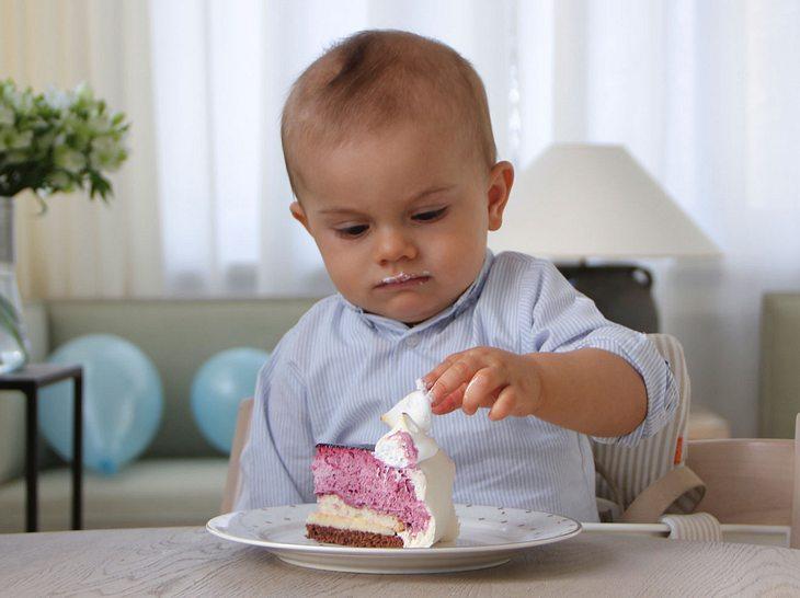 Oscar von Schweden. Zum ersten Geburtstag gab es Kuchen von Mama Victoria.